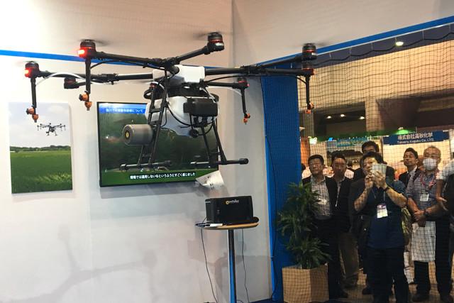 昨秋、千葉・幕張メッセで開催された「国際次世代農業EXPO」で行なわれたMG−1のデモンストレーション飛行。ドローンがホバリングする様子を来場者が興味深く見守っていた