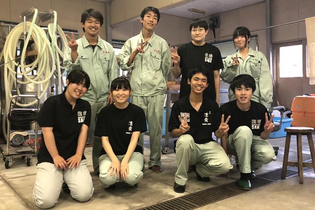 山口県立田布施農工高校酒造蔵部の生徒たち。酒造りに必要なものは高校の部室にすべてそろっている!