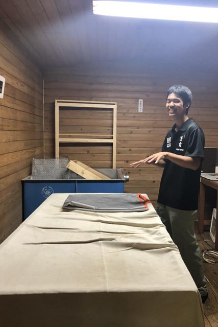 蒸した米を冷ます作業を行なう部屋。部員たちはほとんど休みなく酒造りを実践している。その日々は、リアルな蔵人そのもの