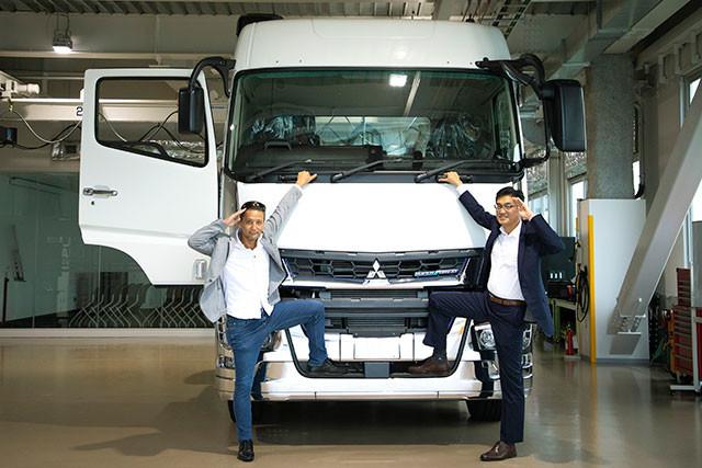 (右から)三菱ふそうトラック・バス、恩田実氏(トラック・バス開発本部エンタイヤビークル開発統括部長)と小沢コージ