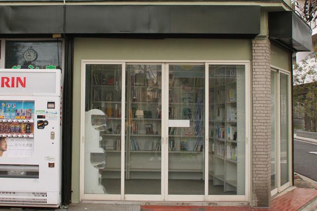 「ROAD BOOK」は看板すら置かず、知っている人だけが来られる古本屋。商品の多くは、利用者が不要になった本を店内の木箱に入れ、それを陳列して販売している