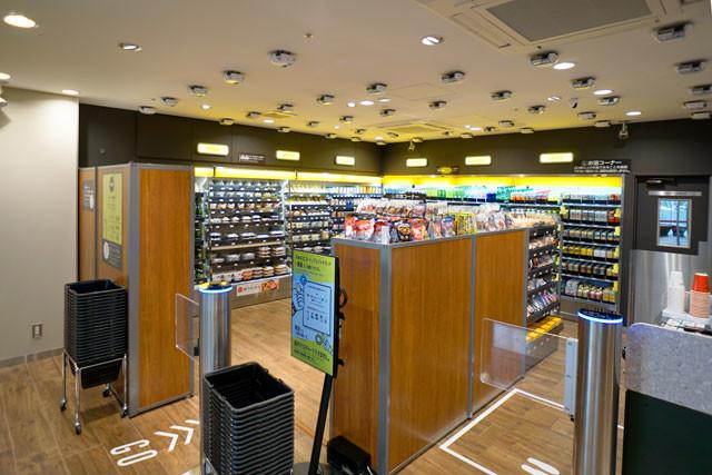天井一面にAIカメラが設置された「ファミマ!!サピアタワー/S店」の店内。このカメラが客の購入商品を認識し、決済をスムーズにしている
