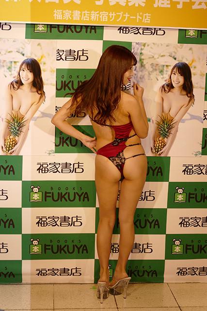 10月21日に行なわれたファースト写真集『T&M』(ワニブックス)発売イベント(@福家書店新宿サブナード店)ではワンショルダーの限界に挑んだエロい水着でした。