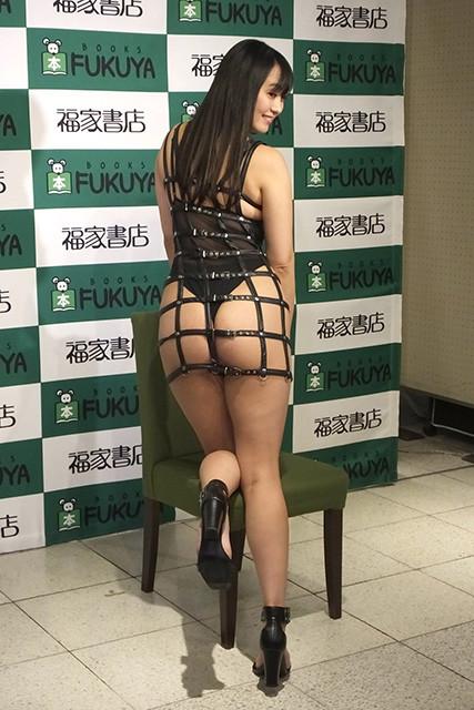 写真は2月4日のDVD「ファム・ファタール〜運命の人〜」(アイドルワン)発売イベント(@福家書店新宿サブナード店)にて。