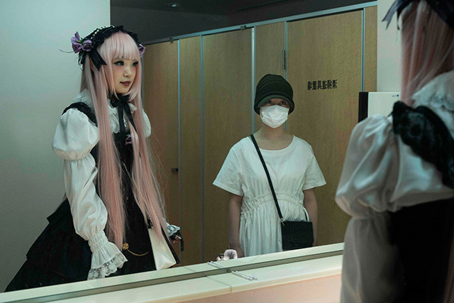 古川琴音が演じるゴスロリ少女のミツエ(左)。Ⓒ2019「十二人の死にたい子どもたち」製作委員会