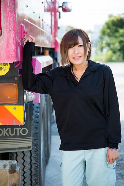 ピンクの10トンダンプで廃材を運び出すトラガール・庄司里穂「いつも『お嬢』『姫』と呼ばれています」