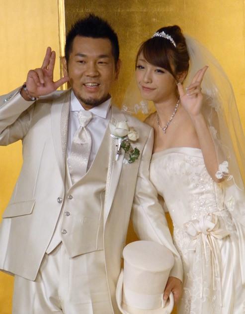 FUJIWARAの藤本敏史と木下優樹菜は2010年に入籍。当時、美女と野獣の結婚と話題になった