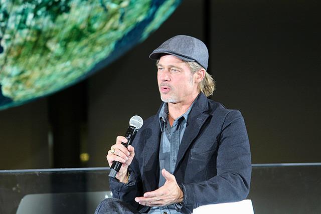 ブラッドはふたりに「また宇宙へ行きたいか」と質問。「戻りたい」(山崎)、「今度は月に行きたい」(毛利)とふたりは答えた