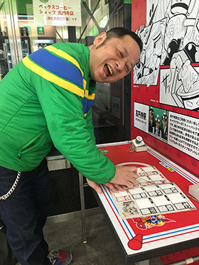 スタンプラリーに自ら参加するゆでたまご・嶋田先生。高円寺駅でティーカップマンをゲット