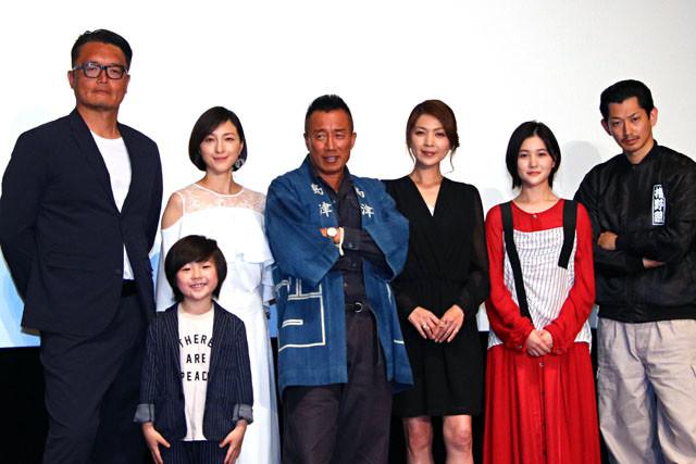 (左から)権野監督、潤浩、広末、長渕、飯島、山口、瑛太