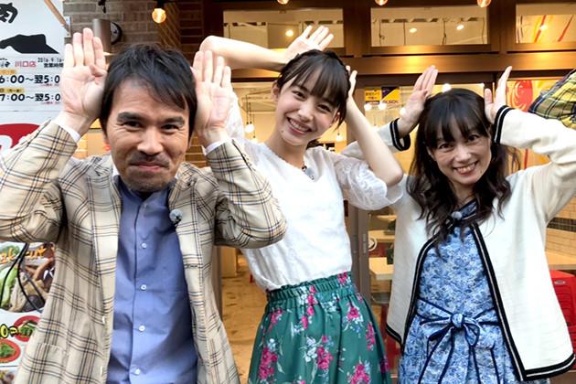 タレント仲良し家族・兎草家。父(左)、娘(中央・井桁さん演じる兎草早織)、母(右)は3人でテレビレギュラーを持つほどの人気だ