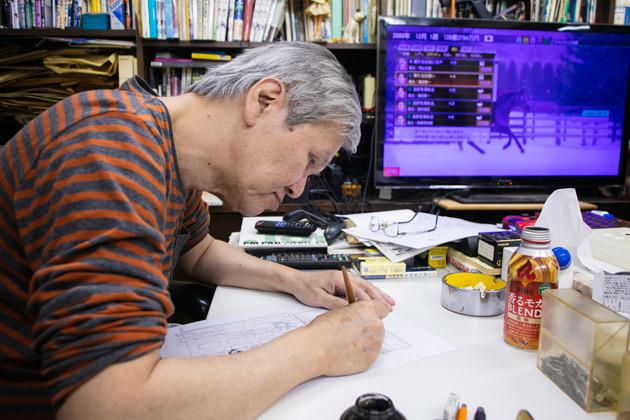 デビューから50年、着色以外の執筆は紙とペンで。ペン入れから仕上げまで、原稿1枚につき約1時間かかる