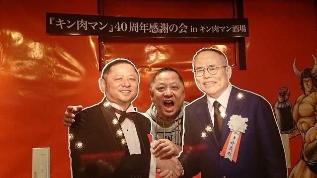 2月29日までの営業延長が決定した「キン肉マン酒場」で撮影をするゆでたまご・嶋田先生