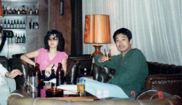 松岡ゆみこ氏(左)と立川談志師匠(右)