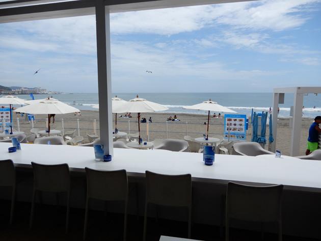 開放的な空間の店内。中からは由比ガ浜が一面に見渡せる
