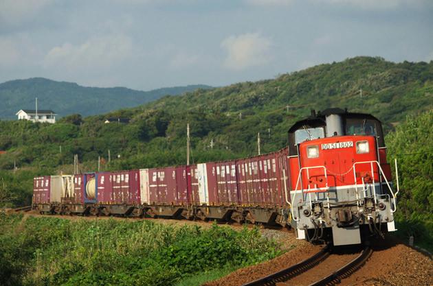 機関車1両、貨車7両の列車が一日1往復と、輸送量としては微々たるものだが、鉄道マンの底力を感じさせた