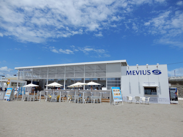 青い空と砂浜にマッチした、スタイリッシュなビーチハウスが8月31日まで営業中
