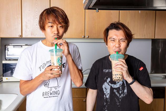 (1)飲む! タピオカを粒からゆでたり、冷凍のものを使うのもアリだが、今回は市販のタピオカミルクティーのタピオカを使用。粒は飲まずに液体だけを飲む、ある意味セレブな飲み方だ!
