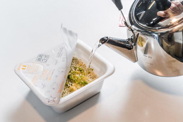 (1)注ぐ! まずはカップ焼きそばにかやくを入れてから熱湯を注ぎ、待ち時間が経過したら湯切りする。使用するカップ焼きそばはペヤングでもU.F.O.でもOK。好きな商品を選ぼう