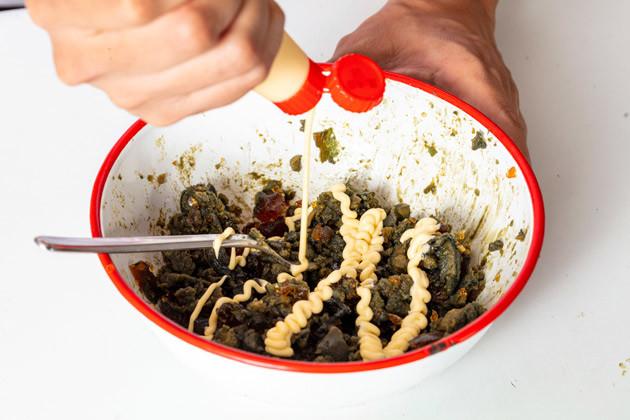 (2)混ぜる! そこにマヨネーズを入れ、通常のたまごサンドの具を作る要領で混ぜる。マヨネーズが均一に混ざったらブラックペッパーとガーリックパウダーも投入し、さらに混ぜる