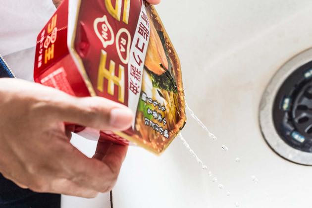 (2)湯切り スープを入れずにラ王を作り、フタに穴を開けて湯切りし、麺だけの状態にする。カップ麺アレンジの常套手段だが、ラ王の高品質な麺はこのアレンジとの相性が抜群である