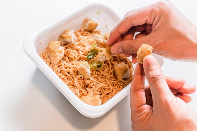 (3)ちぎる! 続いてナゲットをちぎり、焼きそばに加えていく。5個すべてを入れるとかなりボリューミーになる上に、味も薄くなってしまうので要注意。2、3個が適量だろう