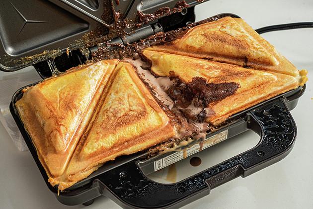 (4)完成! 焼き上がったらなるべく早く食べるべし。アツアツのほうがウマいのはもちろんだが、時間の経過とともに中身がどんどん垂れてくるからだ。食後は機械の掃除も忘れずに
