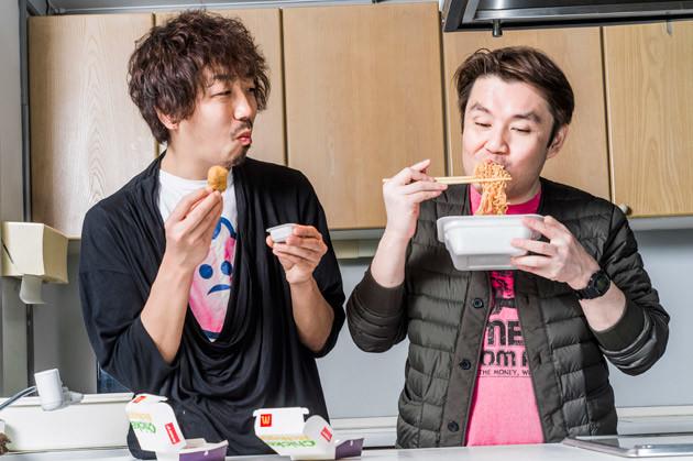 (5)食べる! カップ焼きそばを堪能しつつ、余ったナゲットはマスタードソースにつけて食べよう。ナゲット1箱当たり2種類のソースをもらえるマックの裏技をフル活用だ!