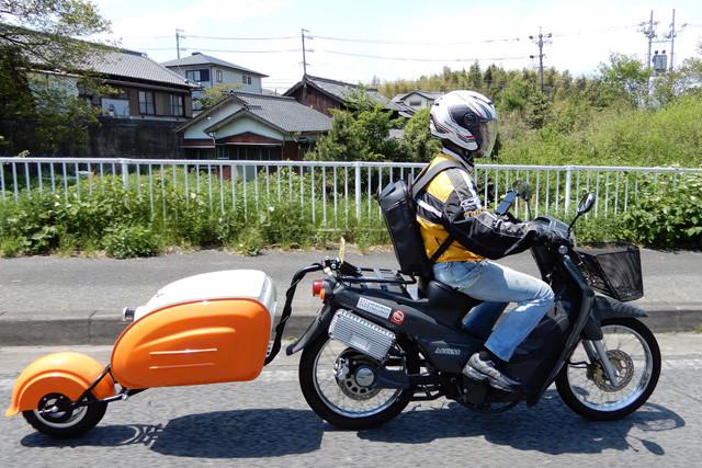 荷物入りトレーラーを牽引する電動バイクの制限速度は時速25キロ