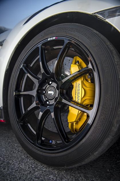 ブレンボと共同開発のカーボンセラミックブレーキは高い制動性能を誇る。タイヤはグリップ力向上