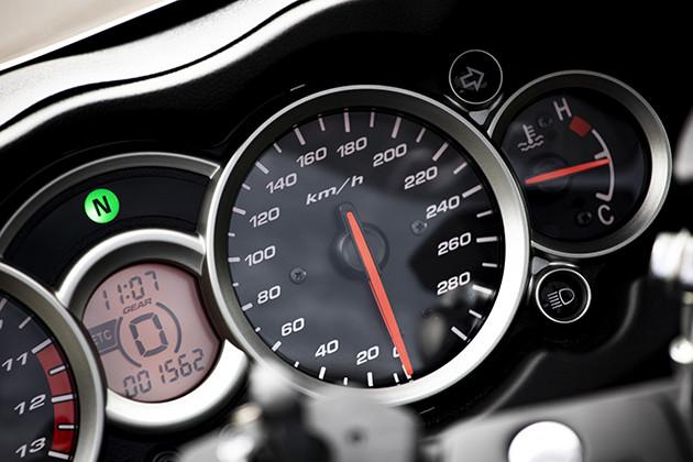 チェックポイント1 初代は350キロまで刻まれていたという速度計。現行モデルは300キロまで刻まれている