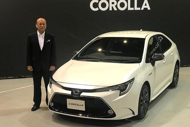 トヨタ自動車MS製品企画ZEチーフエンジニア・上田泰史氏と、9月17日に発売となった新型カローラ。先代のセダンはカローラアクシオという名前だったが、今回の12代目からカローラという呼び名になった
