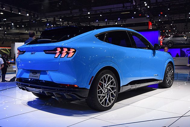 フォード・マスタング・マッハEのリアビュー。グラマラスなクーペボディには、マスタングの特徴がちりばめられている