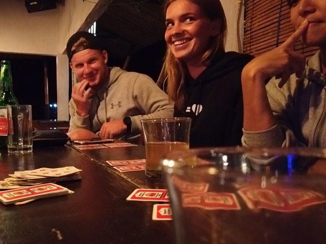 どんなカードを持っているか顔色をうかがうルイーザ。右は考え込む私