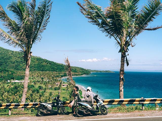 レンタルバイクでスンギギを周る私と友人。ロンボク島はインドネシア語で唐辛子のことなんだって!(撮影:中村ステフェン)
