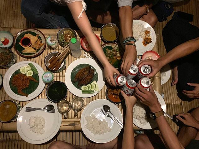 スンギギでディナー。みんなでビールをカンパイスースー!