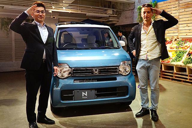 古舘茂氏(左)は初代N-BOXの商品開発責任者代行。昨年登場したN-VANの開発責任者でもある。右は自動車ジャーナリストの小沢コージ