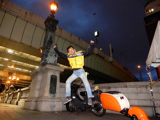 東海道の東の起点、東京・日本橋のたもとがゴール地点。タイマーをかけ、ジャンプしている姿をセルフィで撮る光景はさぞ不審がられただろう