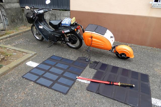 小田原城近くのガストの駐車場で、ソーラーパネルの上に鞘が赤い刀(オモチャです、念のため)を置いていったのは誰? 目的は何? 激励? 脅迫?