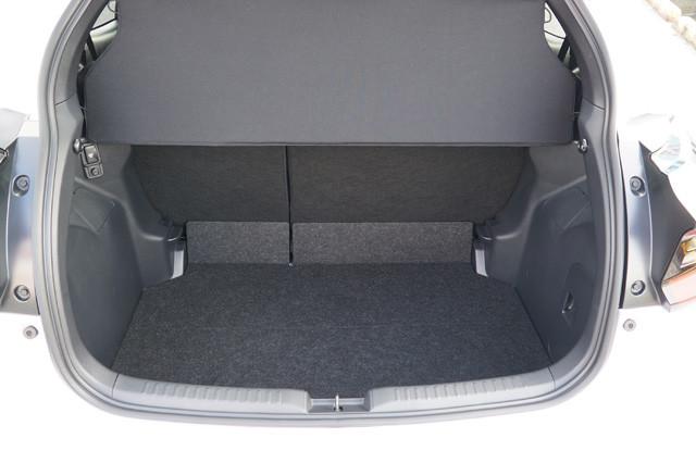 奥行きは通常680㎜だが、後席を全部倒すと1460㎜まで拡大。十分広い