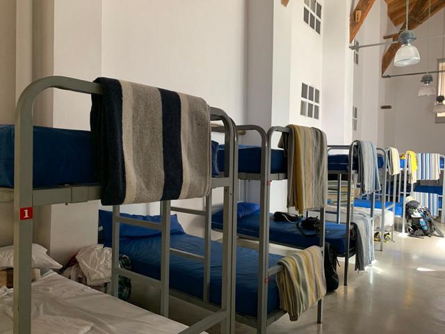 大部屋にズラリと並んだ二段ベッド