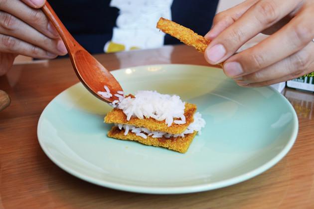 (3)サンド! 調味料を塗ったビッグカツの上にご飯をのせ、もう1枚のビッグカツを使って挟む。それを2段、3段と重ねて厚みをつけてもよい。一度に頬張れる限界サイズに挑戦しよう
