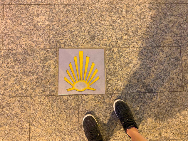 路上で見つけた巡礼路のシンボルであるホタテ貝のマーク