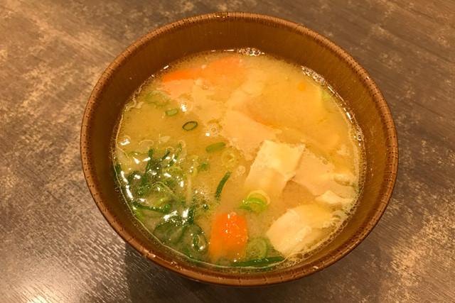 【なか卯・とん汁】ひと口すするだけで「味噌が違う!」とわかる。ニンジン、ゴボウ、サトイモなど、具はすべて薄切りにしてあり、具材に味が染み込んでいなくても濃厚な味噌ベースのスープとしっかり味が絡む。テイクアウトも同価格。190円(税込)