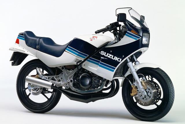 スズキ「RG250Γ」。1983年にデビューしたレーサーレプリカ。日本車初となるハーフカウルを採用。大ヒット作となった