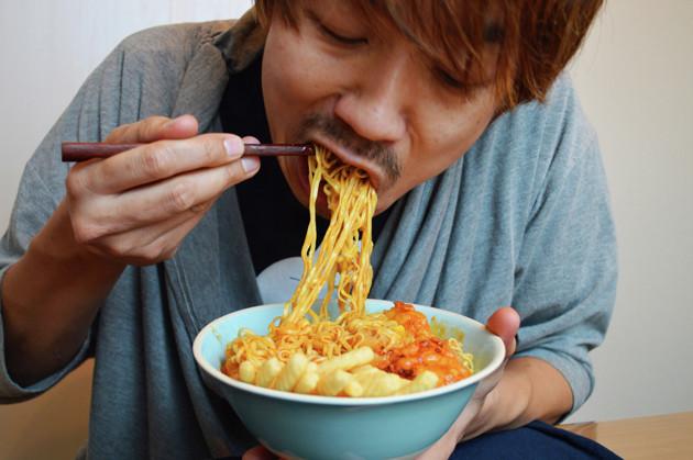(5)激ウマ! あとは全体をよくかき混ぜて食べるだけ。カップヌードルは細麺なのでカップ焼きそばなどと比べるとのびやすいので要注意。手際よく食べるのもウマさを堪能するポイントだ