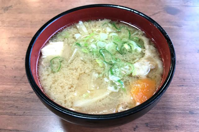 【大衆食堂半田屋・豚汁】脂ギラギラ、野菜たっぷりのコッテリ系。この一杯で大サイズのご飯を楽勝でいける。東北地方発祥のチェーンなので東京近郊の店舗は少ないが、本格進出したら豚汁ブームが来るかもしれない。176円(税込)