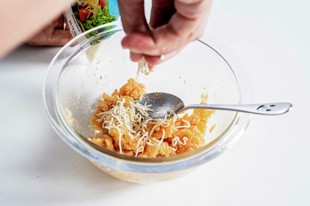 (3)混ぜる! 全体が柔らかくなったらさらにとろけるチーズを投入しながらかき混ぜ、固くなってくるまで繰り返す。仕上げにわさビーフにはわさびを、ピザポテトにはタバスコを加える