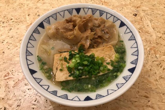 【ごちとん・ごちとん豚汁】肉の量が多い! 煮込まれた豆腐がデカい! などなど、常識破りの豚汁。無料の生卵を入れて味変することも可能。640円(税込)