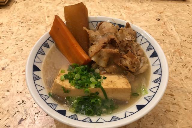 【ごちとん・ごろごろ野菜のごちとん豚汁】ごろごろという表現を超える野菜のデカさ! 690円(税込)
